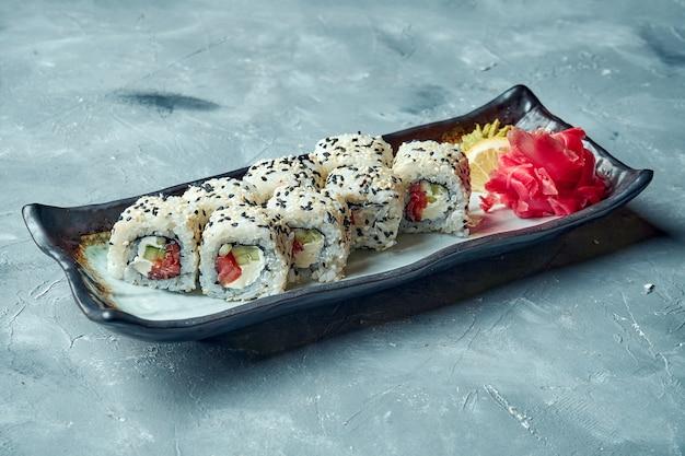 Rotolo di sushi della california con crema di formaggio e salmone