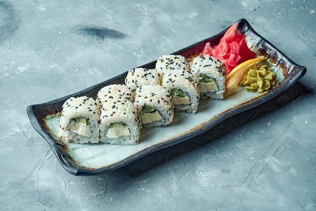 Rotolo di sushi della california con crema di formaggio