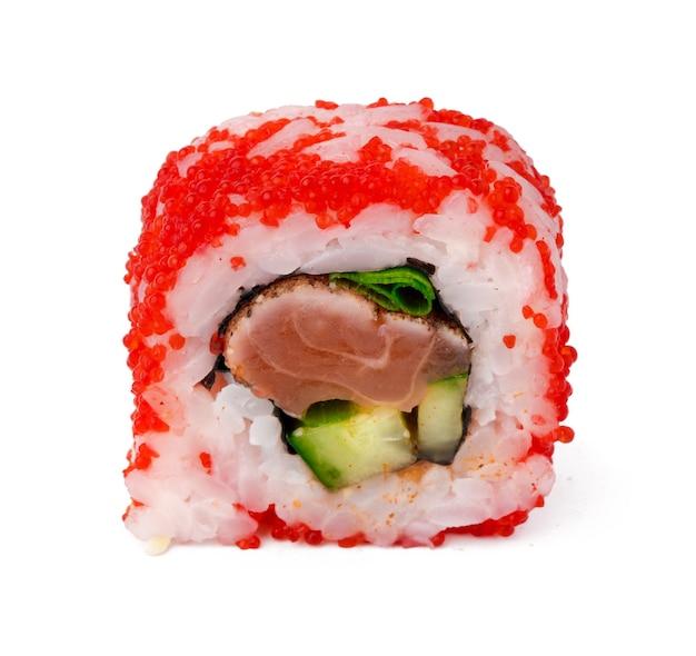 Rotolo di sushi della california con caviale rosso isolato su bianco
