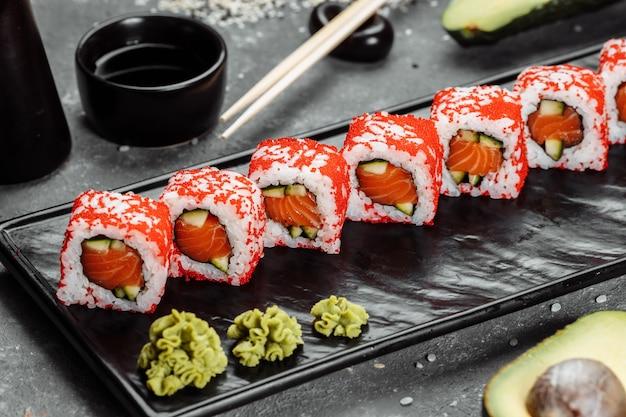 Involtini stile sushi californiano, con verdure crude, sfondo bordo cibo.