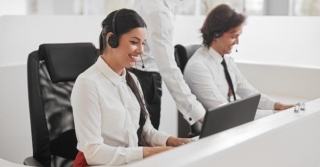 Agenti del call center che utilizzano laptop