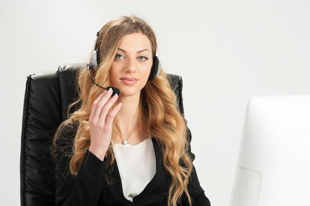 Call center donna bionda in ufficio con auricolare