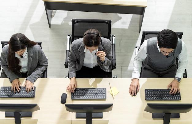 Team di call center che lavora vista dall'alto