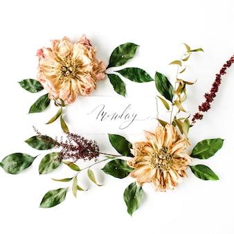 Parola di calligrafia lunedì e motivo a ghirlanda cornice rotonda, peonie essiccate beige fiori, rami e foglie isolati su bianco