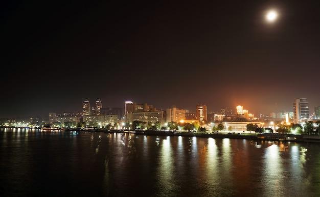 Calma grande bellissimo fiume dnepr nell'enorme città luminosa di notte di dnipropetrovsk nella meravigliosa ucraina