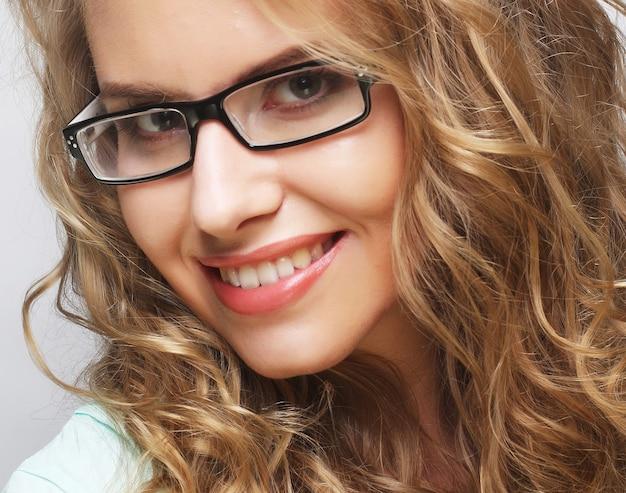 Donna bionda calma e amichevole con gli occhiali