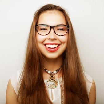 Giovane donna calma e amichevole con gli occhiali