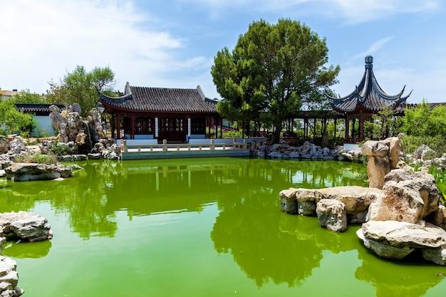 Giardino calmo, architettura cinese tradizionale con giardino di sculture in pietra e lago a malta, santa lucija.