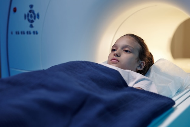 Calma bambina che si sottoporrà a un esame di risonanza magnetica