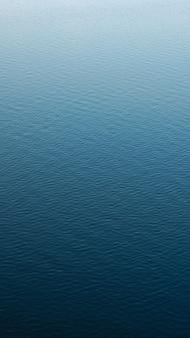 Superficie dell'acqua calma il passaggio dal buio alla luce