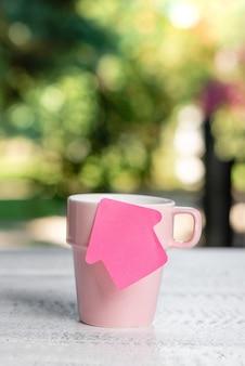 Ambiente rilassante e rinfrescante, idee per la caffetteria in giardino, esperienza di relax all'aperto, abbracciare la natura, clima caldo, area di lavoro all'aperto, scrivere note importanti