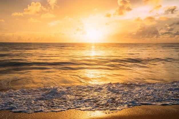 Fondo blu marino naturale di estate calmante. mare e cielo con nuvole bianche