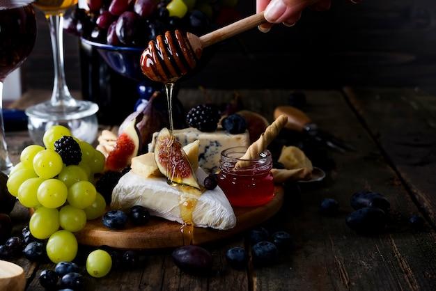 Formaggio camembert con fichi, miele e vino