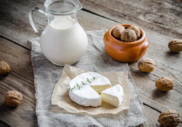 Camembert con brocca di latte e noci intere