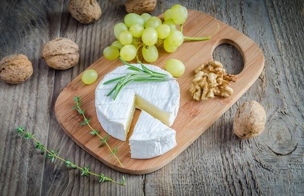 Camembert con noci e uva