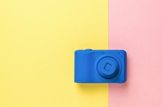 La fotocamera è di un elegante colore blu su una superficie bicolore. attrezzatura elegante per riprese di foto e video.