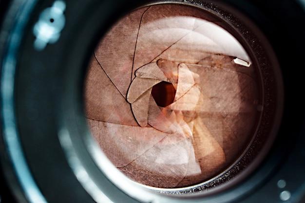 Obiettivo della fotocamera con riflessi sull'obiettivo.
