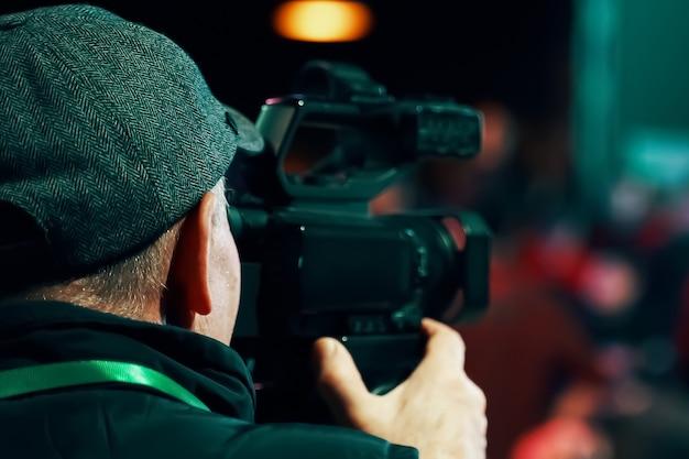 Operatore di camera. cameraman professionista con videocamera hd in diretta televisiva.