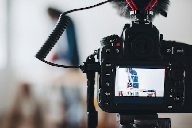 Fotocamera che registra un video per un blogger fai-da-te