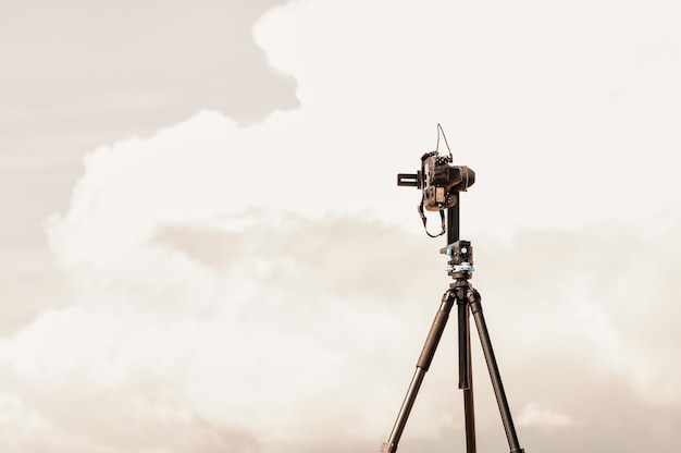 Fotocamera su treppiede con testa panoramica