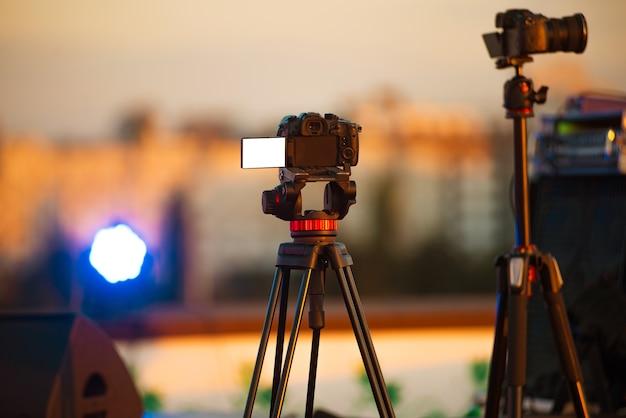 Fotocamera con schermo vuoto bianco che riprende la performance di un concerto jazz dal vivo