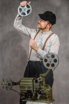 Cameraman con una proiezione cinematografica