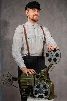 Cameraman con con una proiezione cinematografica