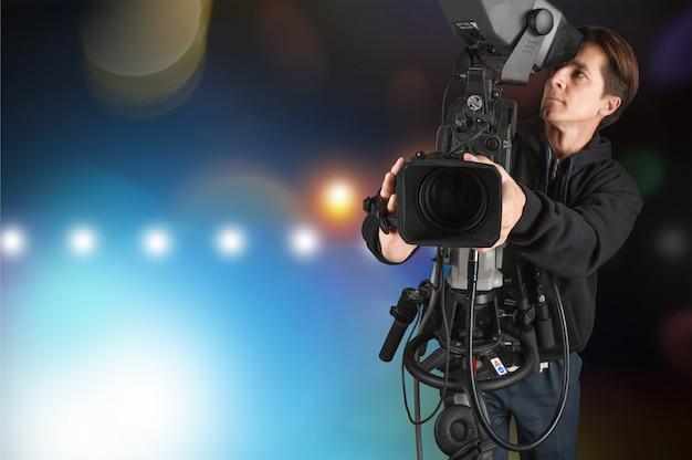 Cameraman che lavora con la telecamera isolata