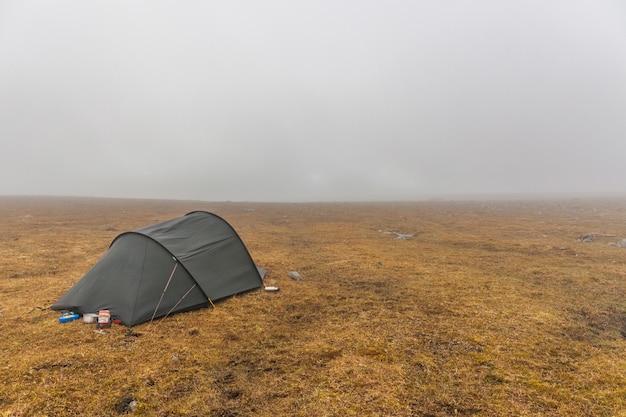 Accampati nel parco nazionale sarek nella svezia settentrionale, lapponia in autunno