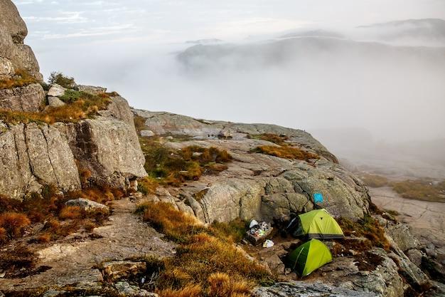 Campeggio in montagna. nebbia mattutina intorno.