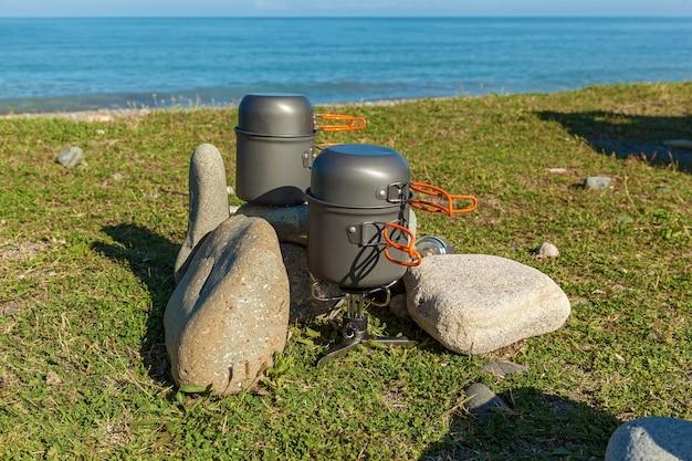 Pentole da campeggio un set di stoviglie da campeggio per un picnic sulla spiaggia utensili da campeggio per fare
