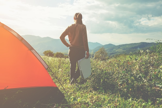 Campeggio in una foresta. scena di mattina con tenda turistica in una foresta verde vicino al lago. esterno lifestyle.selective focus.