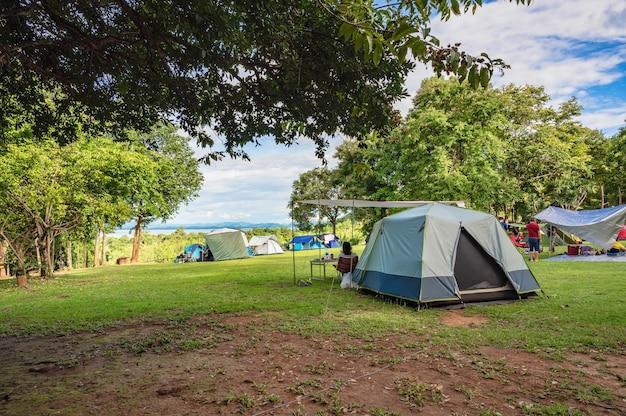 Campeggio del parco nazionale di srinakarin della cascata di huai mae khamin a kanchanaburi thailand