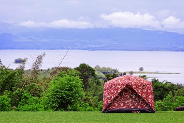 Campeggio in alta montagna con il cielo sullo sfondo