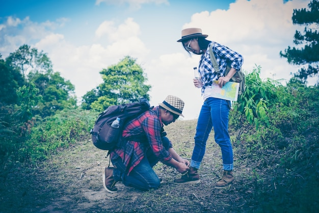 Camping persone che indossano scarpe da trekking