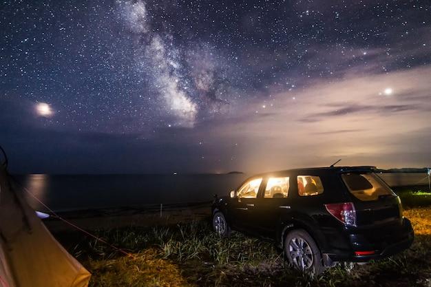 Campeggio sulla spiaggia del mare sotto il cielo notturno