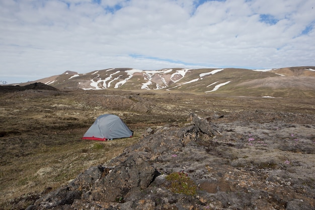 Accampandosi in una tenda nella regione selvaggia islandese in estate
