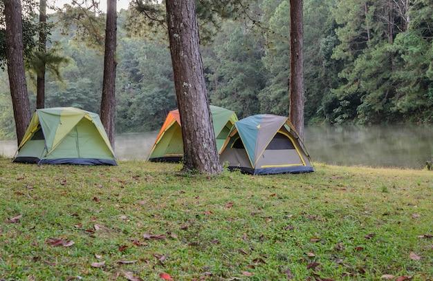 Le tende da campeggio si avvicinano al lago a pang oung in mae hong son, tailandia