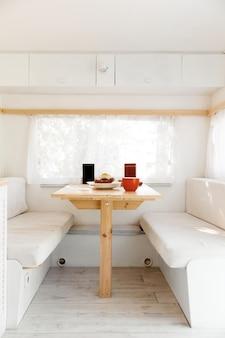 Campeggio in una roulotte, tavolo da camper, nessuno. viaggi in furgone, vacanze in camper, attrezzatura per camper, camper