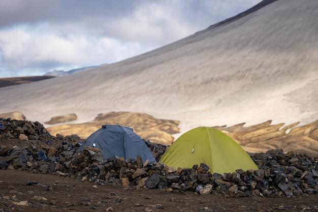 Campeggio con tende. ghiacciai di montagna innevati e vento di tempesta. islanda.