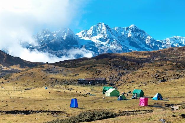 Campeggio con tende in cima ad alte montagne