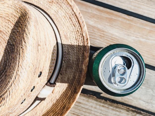 Lattina di birra sullo sfondo di una bella superficie in legno