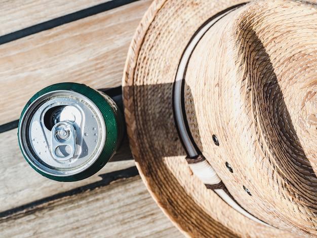 Lattina di birra su uno sfondo bellissimo