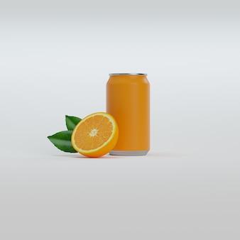 Lattina di aranciata con mezza arancia e foglie verdi.