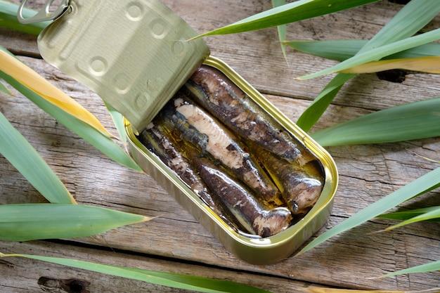 Lattina di sardine sul tavolo rustico