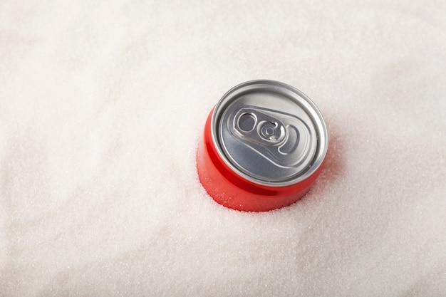Lattina di bevanda gassata dolce e molto zucchero concetto di zucchero in eccesso nelle bevande gassate gassate