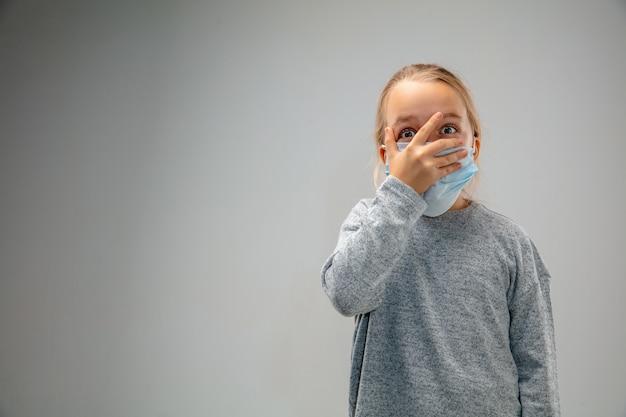 Non riesco a respirare. la bambina caucasica che indossa la maschera di protezione delle vie respiratorie contro l'inquinamento atmosferico e le particelle di polvere supera i limiti di sicurezza. sanità, ambiente, concetto di ecologia.