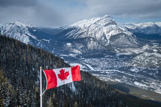 Bandiera del canada e bellissimo paesaggio di montagna