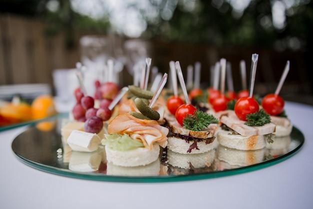 Un canapãƒâ © snack su un tavolo festivo in un ristorante