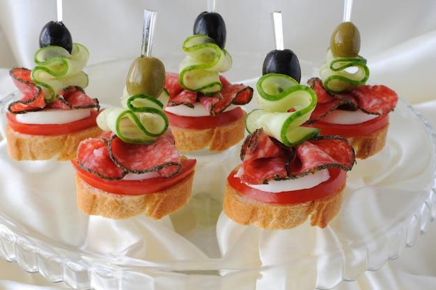 Crostino della baguette con salame su base di vetro
